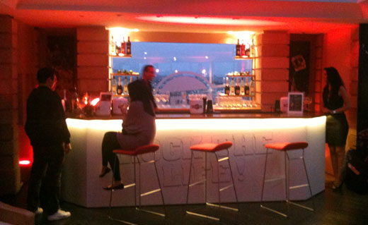 toi aussi prends un ap ro martini devant une des plus belles vues de la tour eiffel le moment m. Black Bedroom Furniture Sets. Home Design Ideas