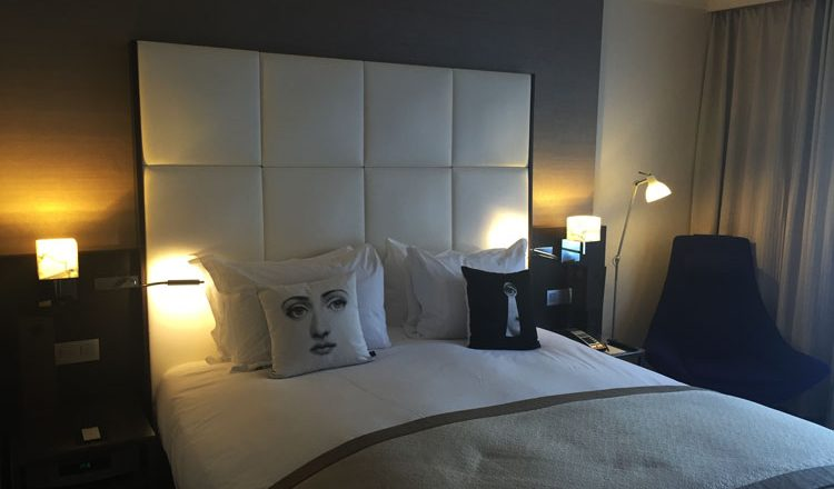 le meilleur lit d h tel test ce jour est au sofitel de bruxelles le louise le moment m. Black Bedroom Furniture Sets. Home Design Ideas